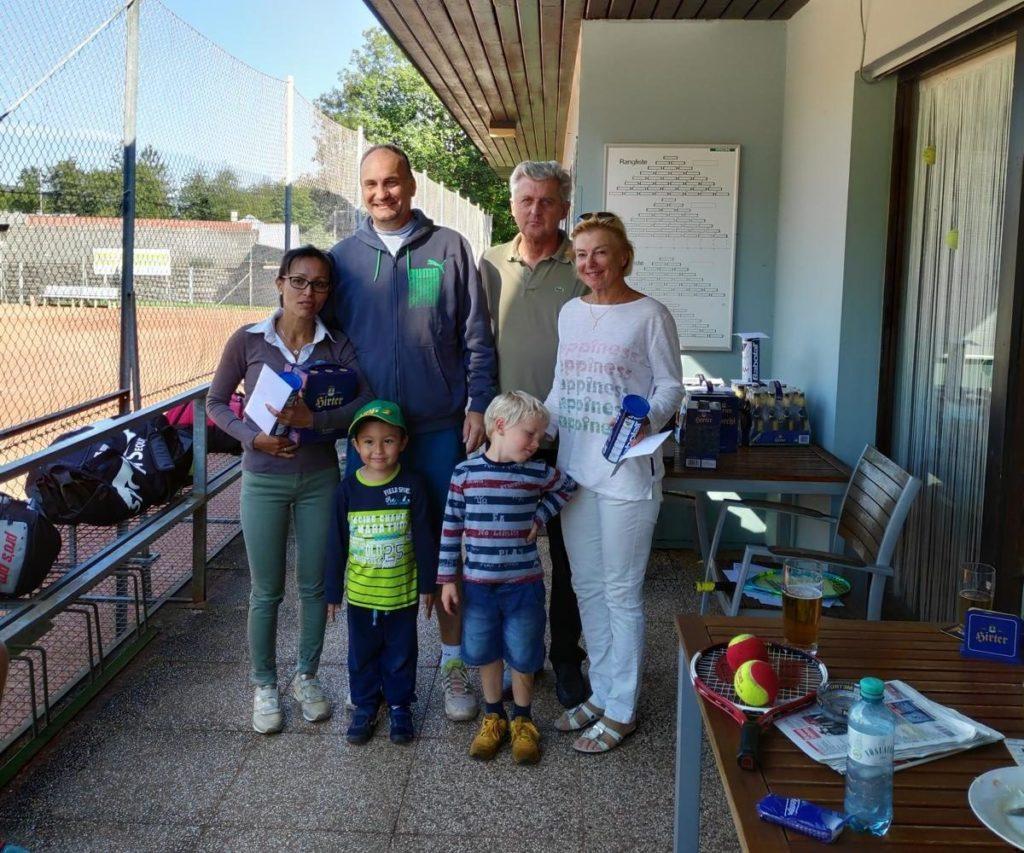 Siegerin des Damenbewerbes Monika Forstner mit der Zweitplatzierten Elfie Löscher